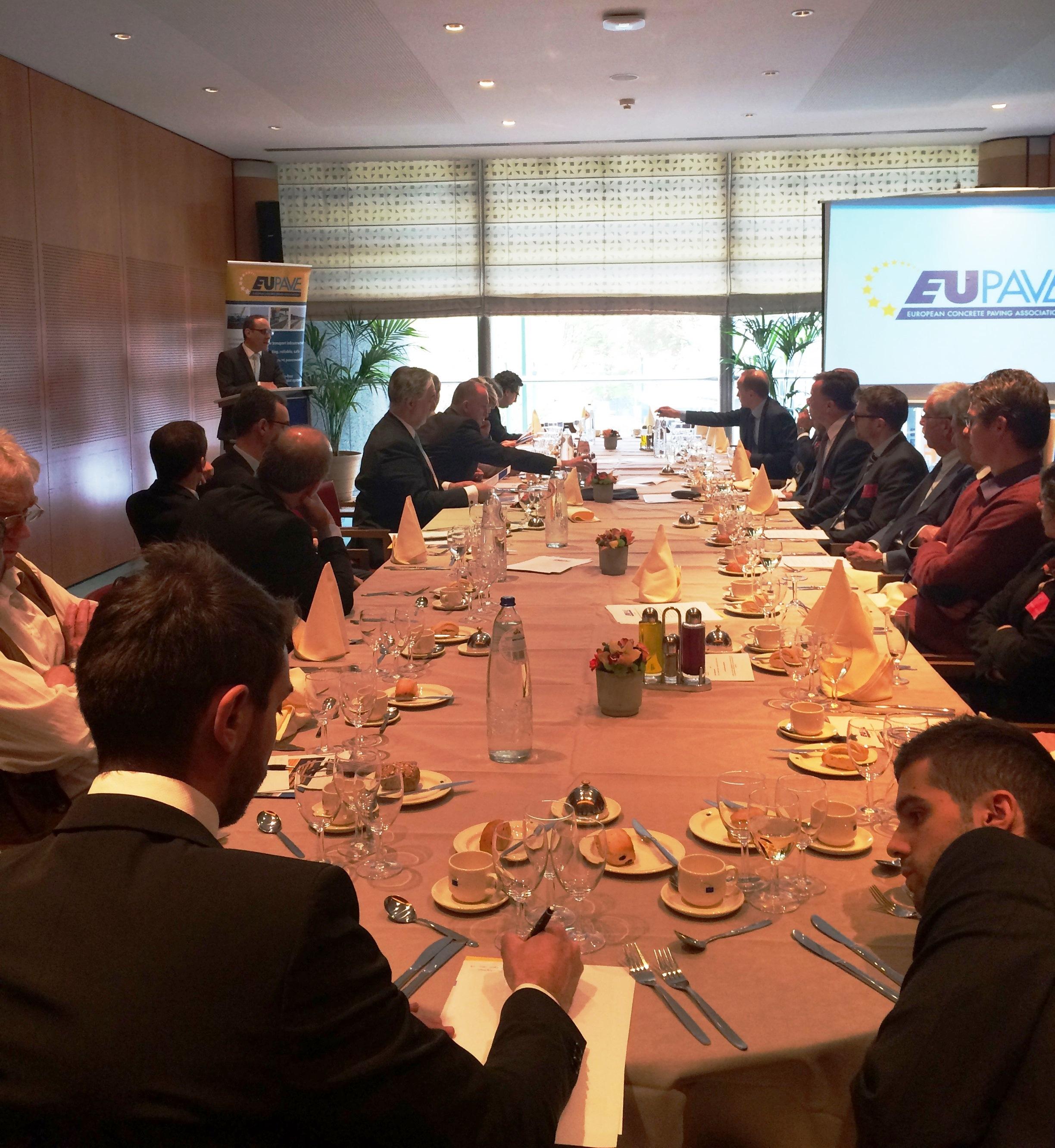 A&A organiza debate sobre contratación pública en el Parlamento Europeo